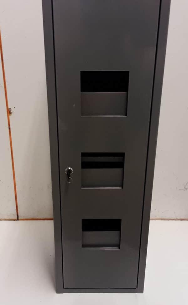 Lukittava harmaa metallikaappi 95x30x20 cm