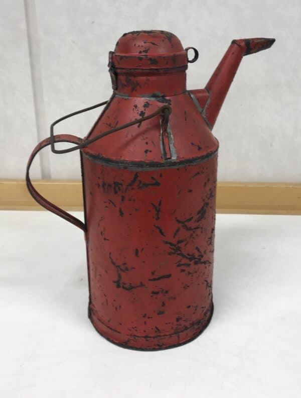 Vanha V.W. Holmbergin punainen öljykannu