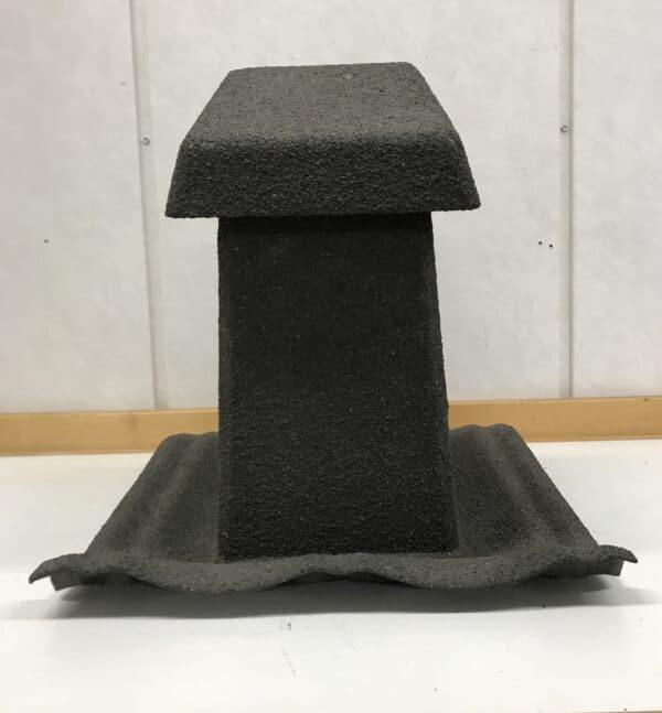 Tiilikaton musta ilmastointiputken hattu