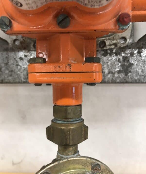 Kaasun tulon jako kahdesta pullosta 3-tie venttiilillä ja matalapainesäätimellä