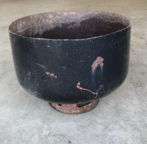 Vanha säiliönpääty tulisijaksi tai vaikka kukka-altaaksi